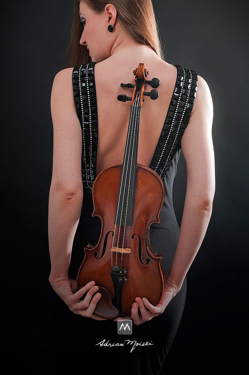 Femeie cu vioara la spate, portret de Adrian Moisei