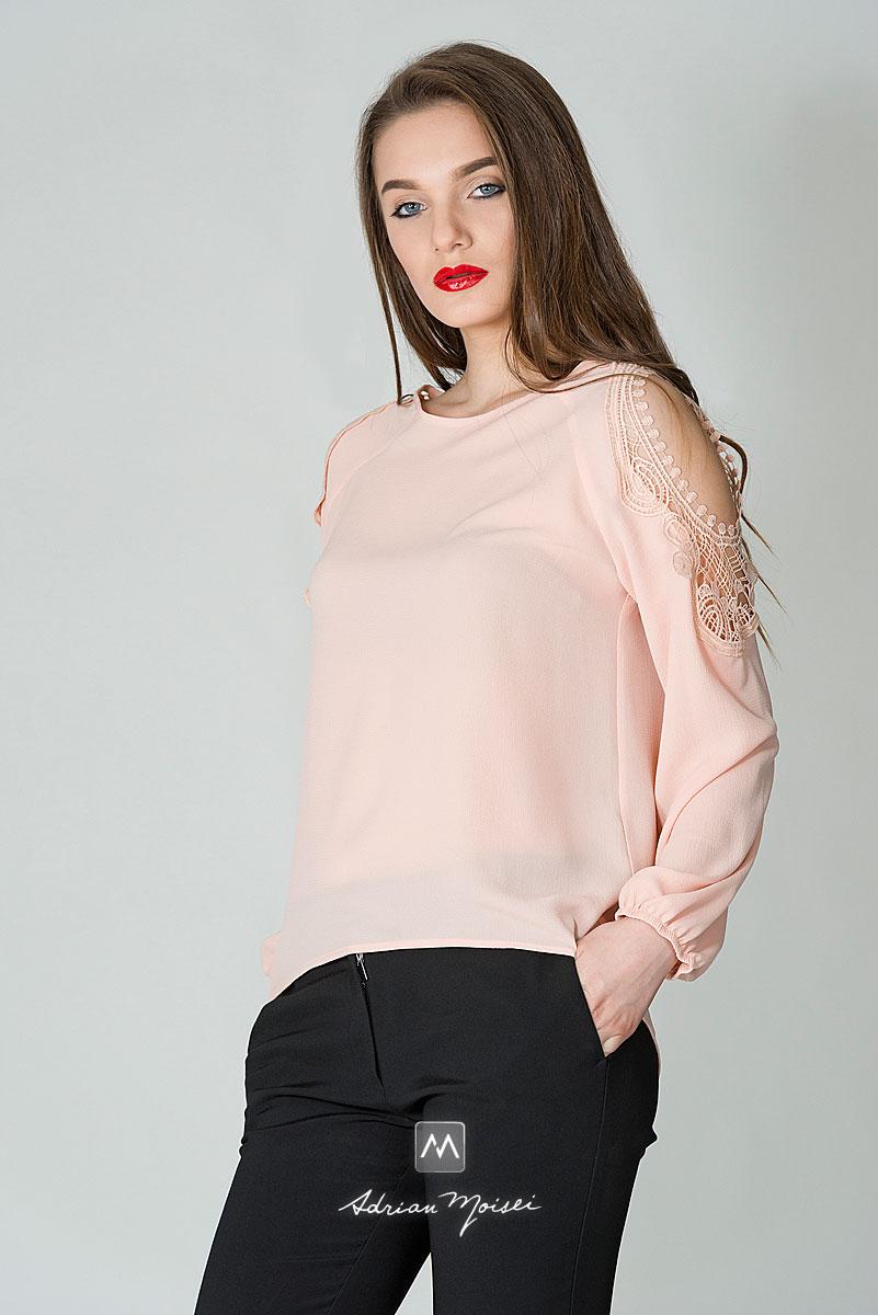 Fotomodel imbracat in pantaloni negri, cu bluza roz, la o sedinta foto in studioul fotograf Iasi Adrian Moisei