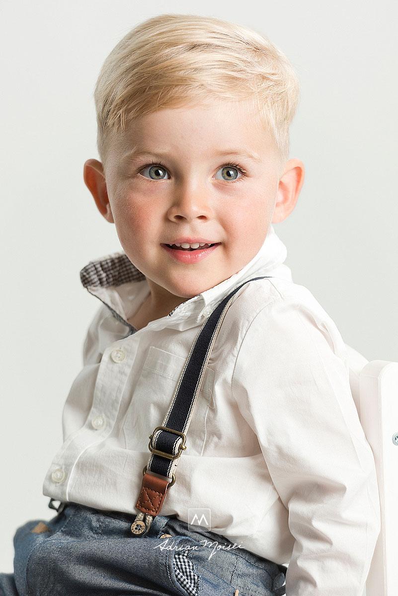 Copilas de cu palarie, zambind la sedinta foto de copii