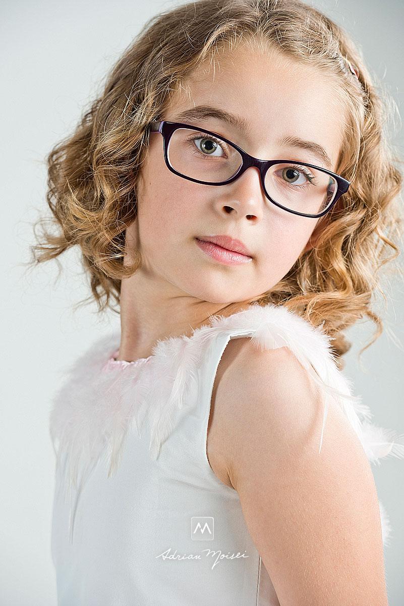 Portret de fetita de 10 ani, cu ochelari realizat de Adrian Moisei, fotograf Iasi