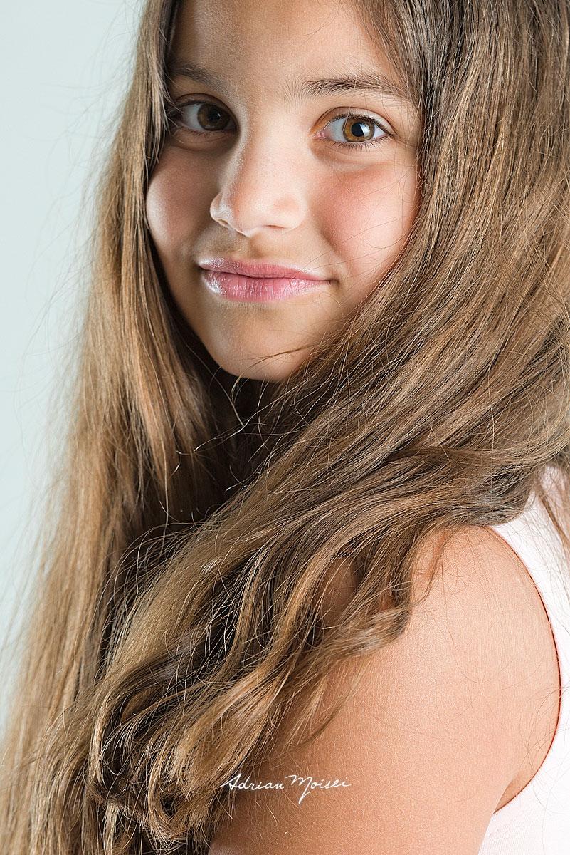 Fotografie de studio a unei fete de 9 ani