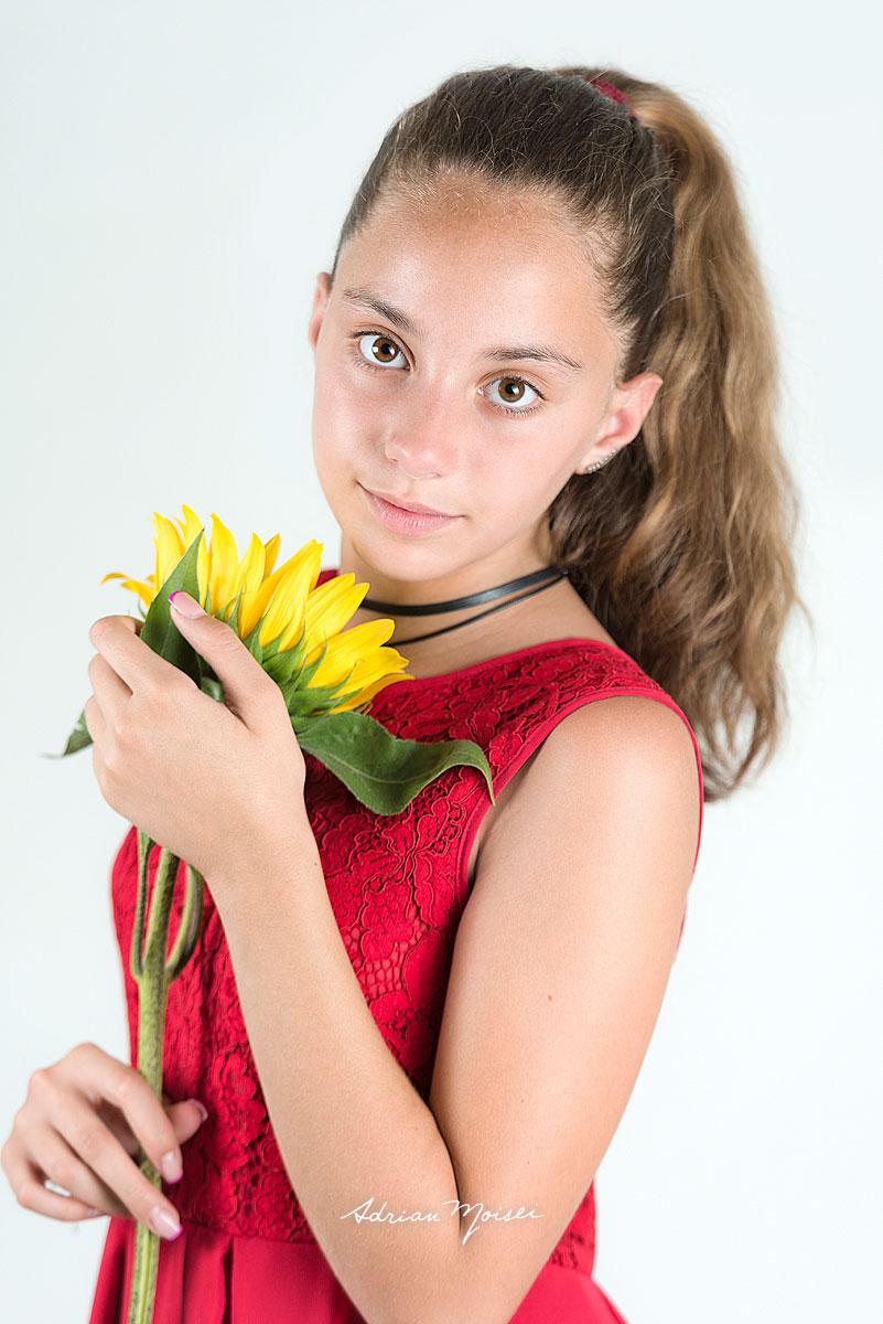 Portret de fata in rochie rosie