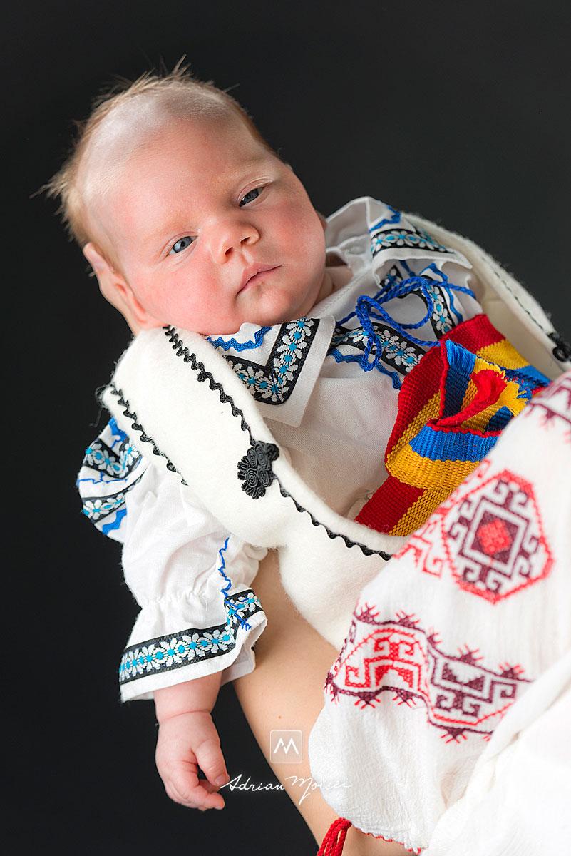 Portret de nou-nascut in bratele mamei sale, fotograf Iasi