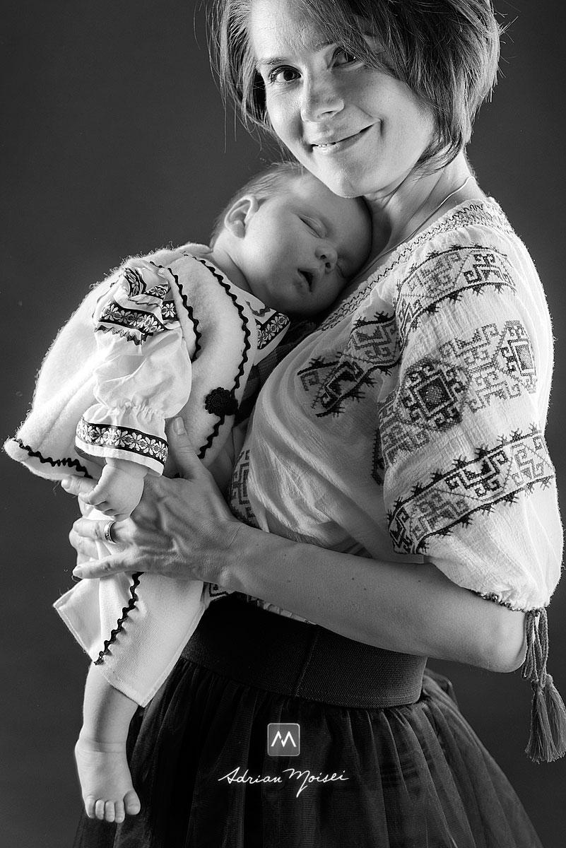 Mama cu bebelusul in brate, fotografie de portret alb-negru Iasi