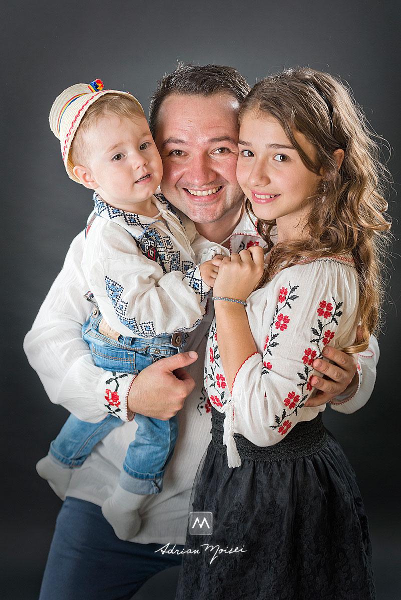 Tatic cu copilasii lui, portret realizat de Adrian Moisei