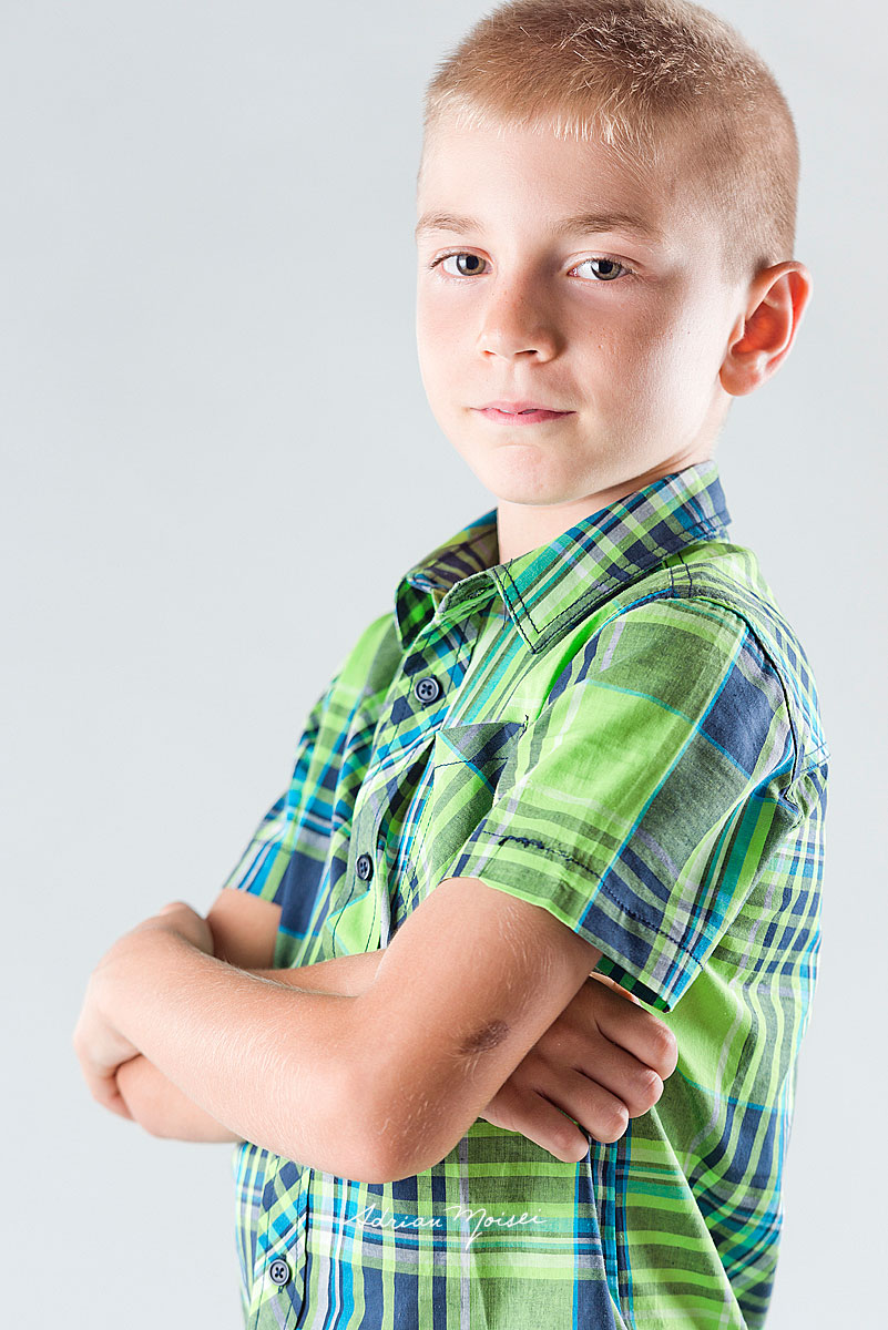 Portret foto al unui copilas de 8 ani
