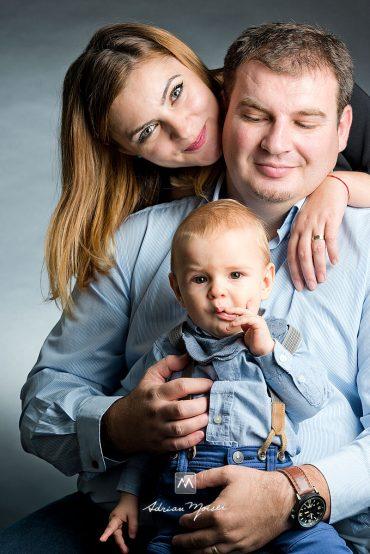 Fotografii de familie în studio Iași + Sebi, Adelina & Ovi, fotografie de familie