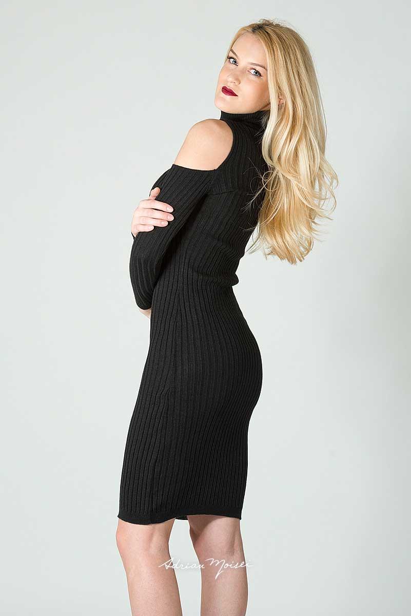 Blonda cu parul lung, imbracata in negru, cu bocanci. Sedinta foto in studio Iasi