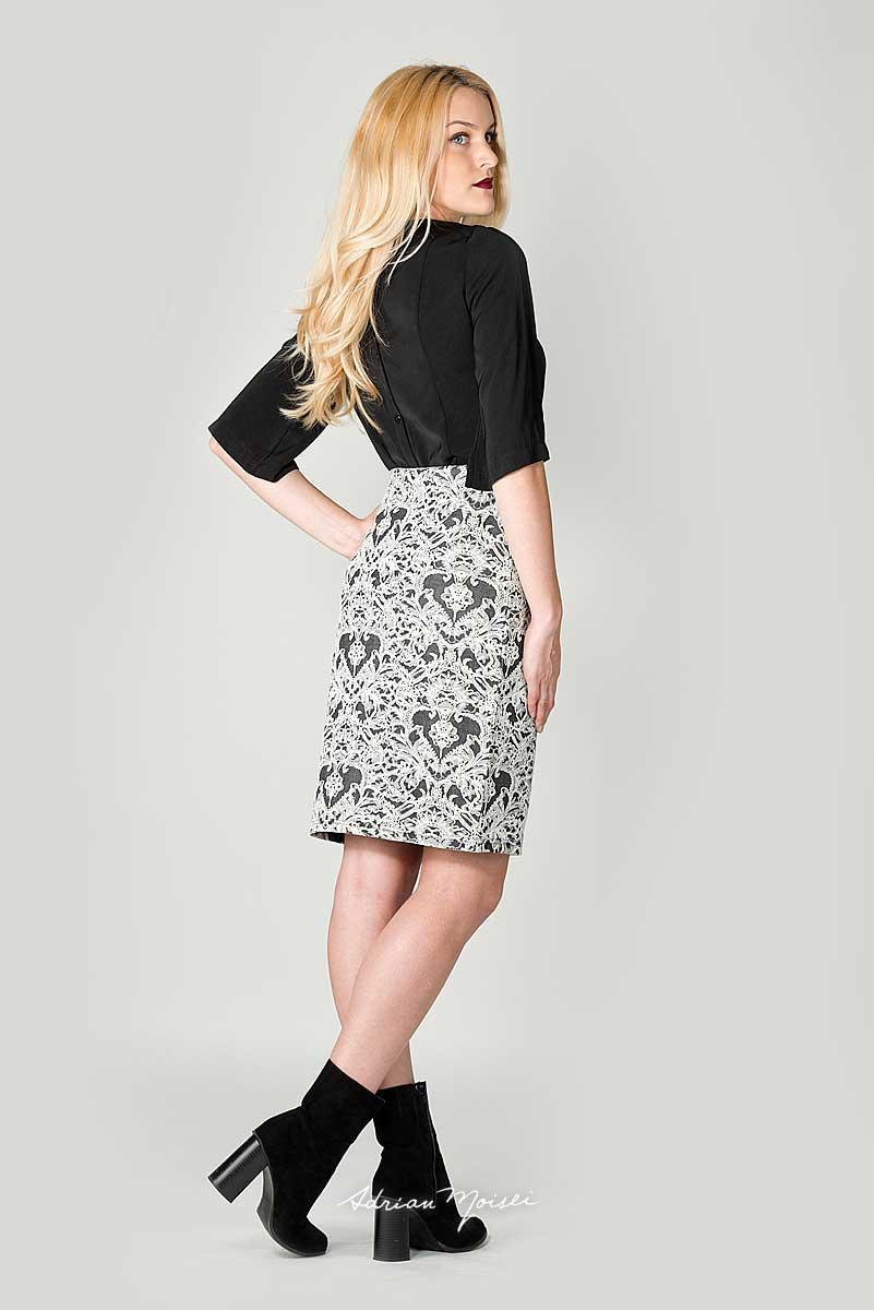 Fotomodel in fusta cu o bluza neagra. Modela este blonda cu ochii albastri si fotografia a fost facuta in studio de Adrian Moisei pentru CafeSolo