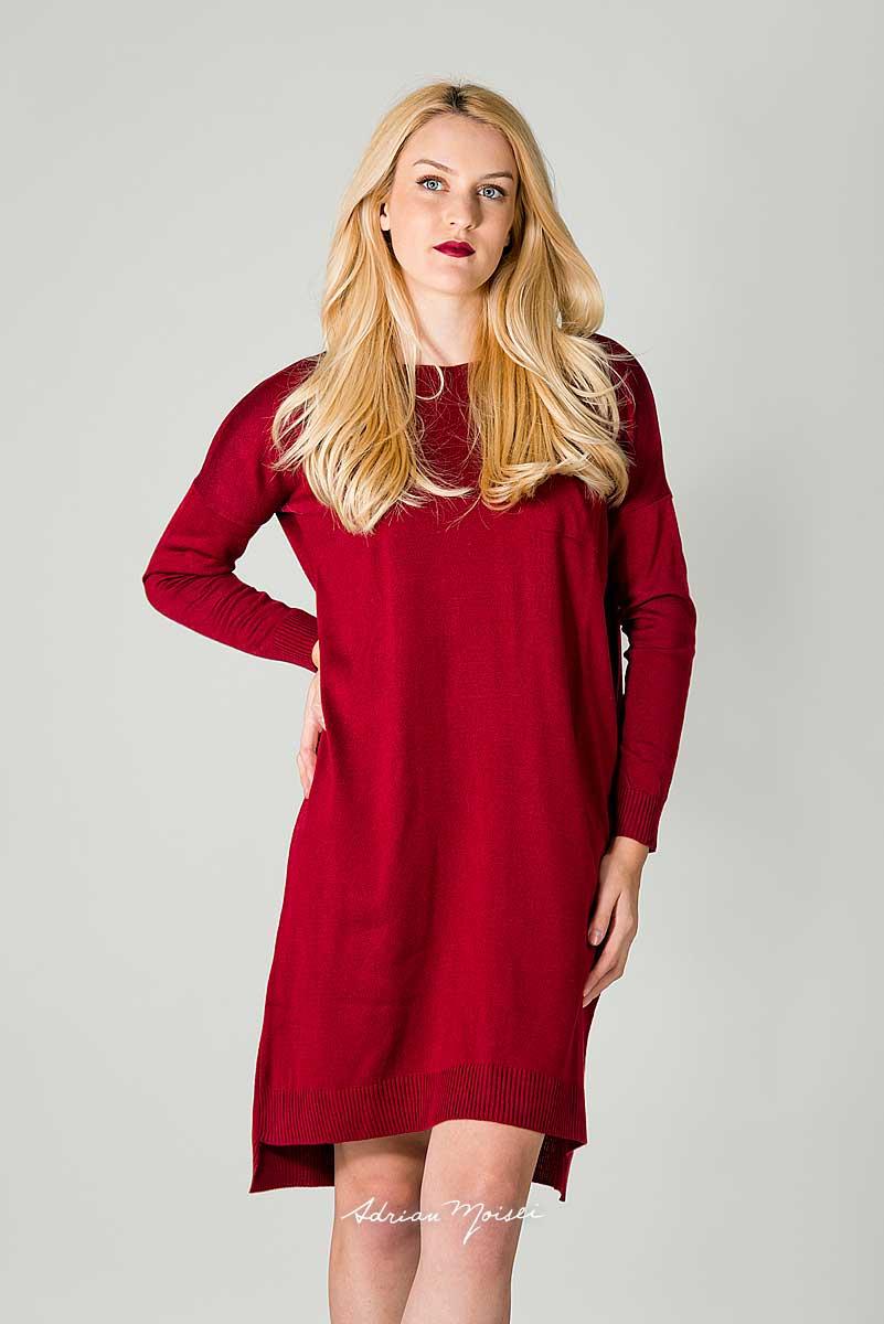 Fotomodel blond imbracat intr-o rochie rosie la o sedinta foto de produs
