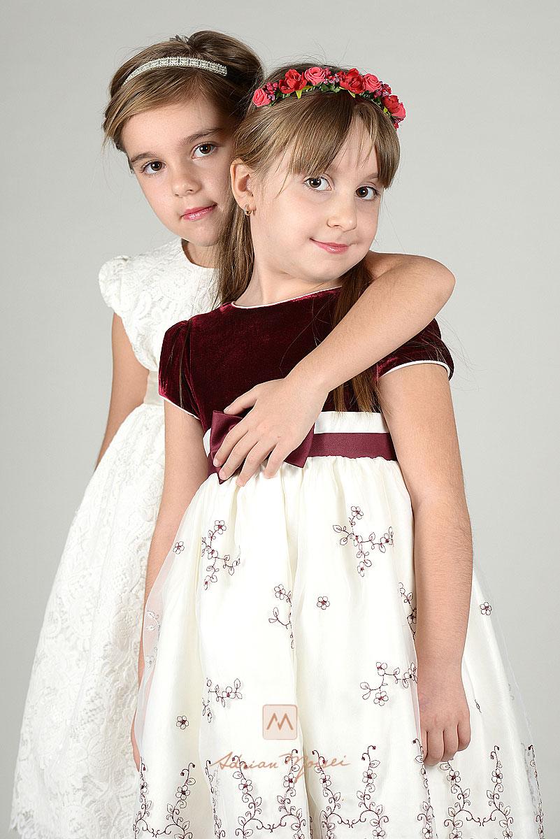 Doua surori imbratisandu-se la sedinta foto in studio
