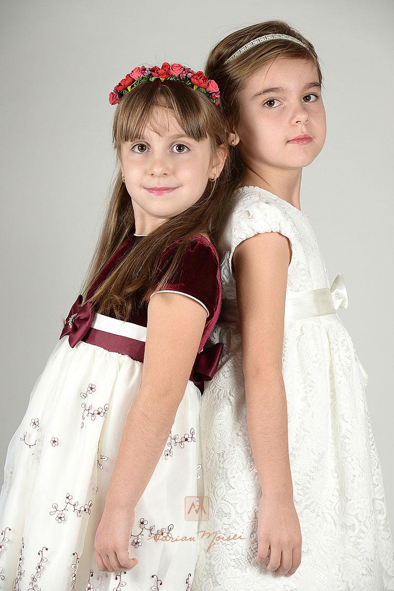 Doua surori bucurandu-se de o sedinta foto in studio, Iasi.