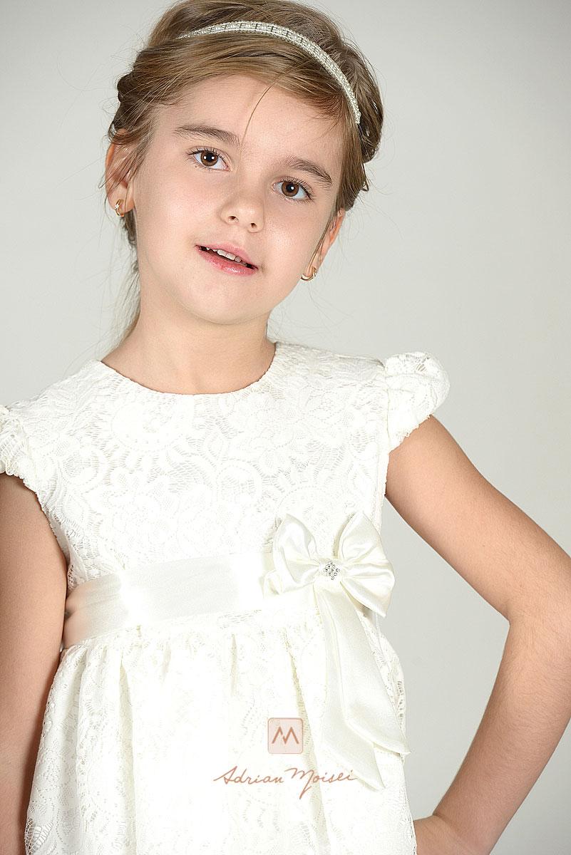 Copila de 8 ani, la fotograf, pozand ca o fotomodela. Sedinta foto a avut loc in Iasi.