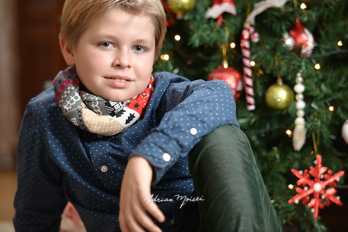 Fotografie de portret copii, de Craciun, langa brad.