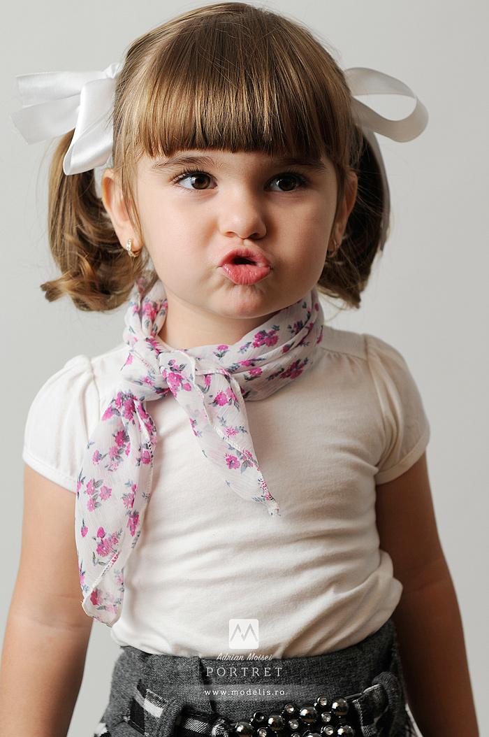 Fetita costumata in Craciunita, fotografie de studio