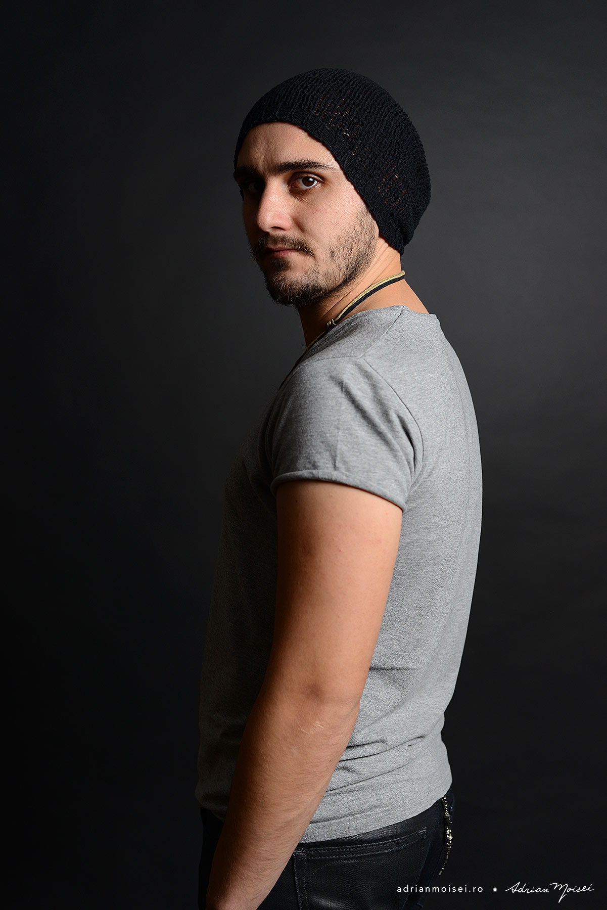Fotografie de portret cu barbat tanar, cu barba, realizata in studioul de fotografie Iasi, Adrian Moisei