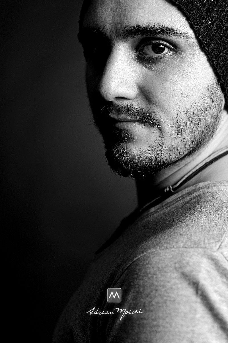 Fotografie de portret alb negru, cu Alex Savin, tenor