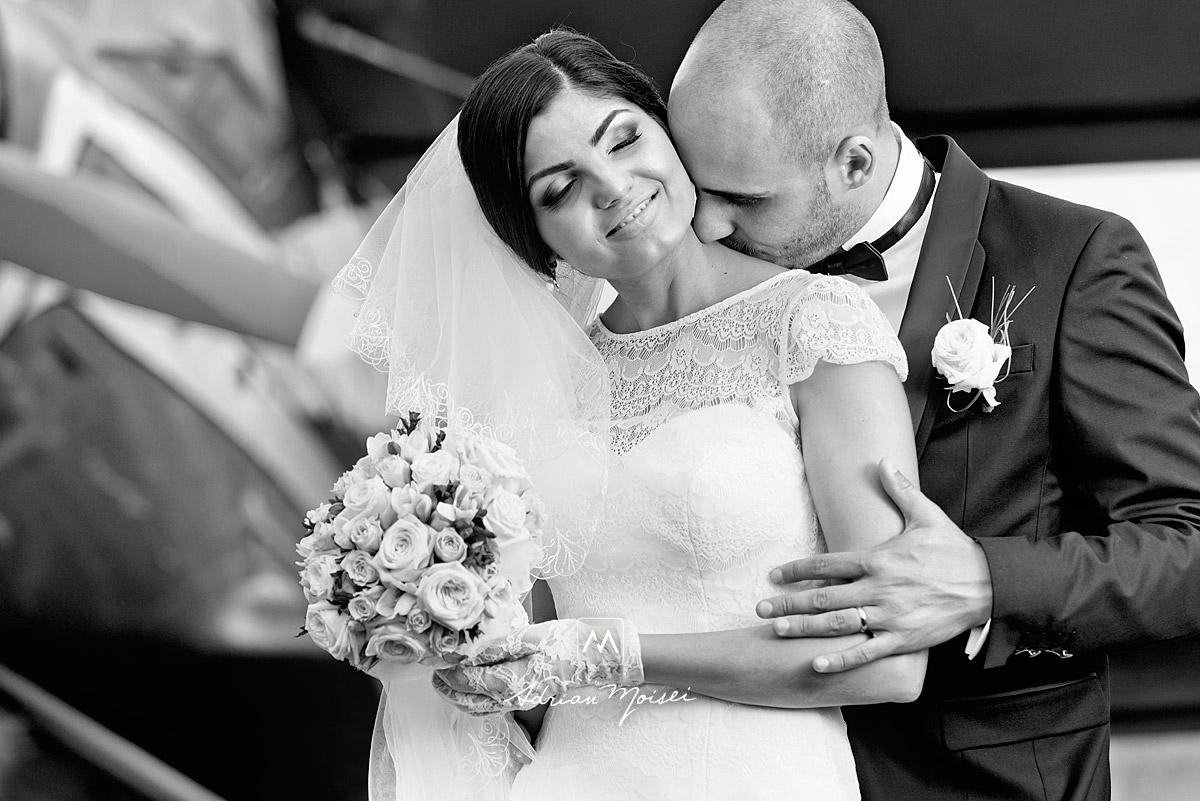 Mire sărutând gâtul miresei, fotografie alb-negru de Adrian Moisei, fotograf nuntă Iași