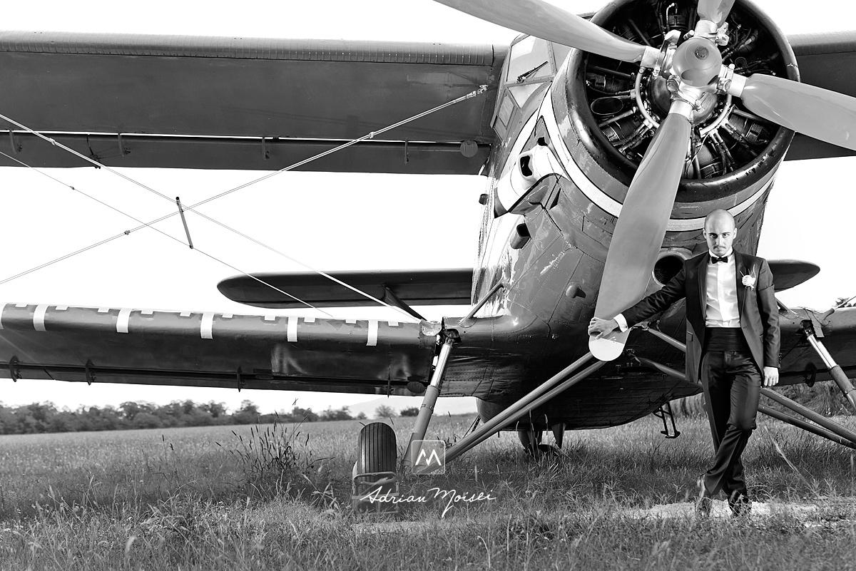 Mire alături de un avion Antonov 2, fotografie alb-negru, fotograf nuntă Iași