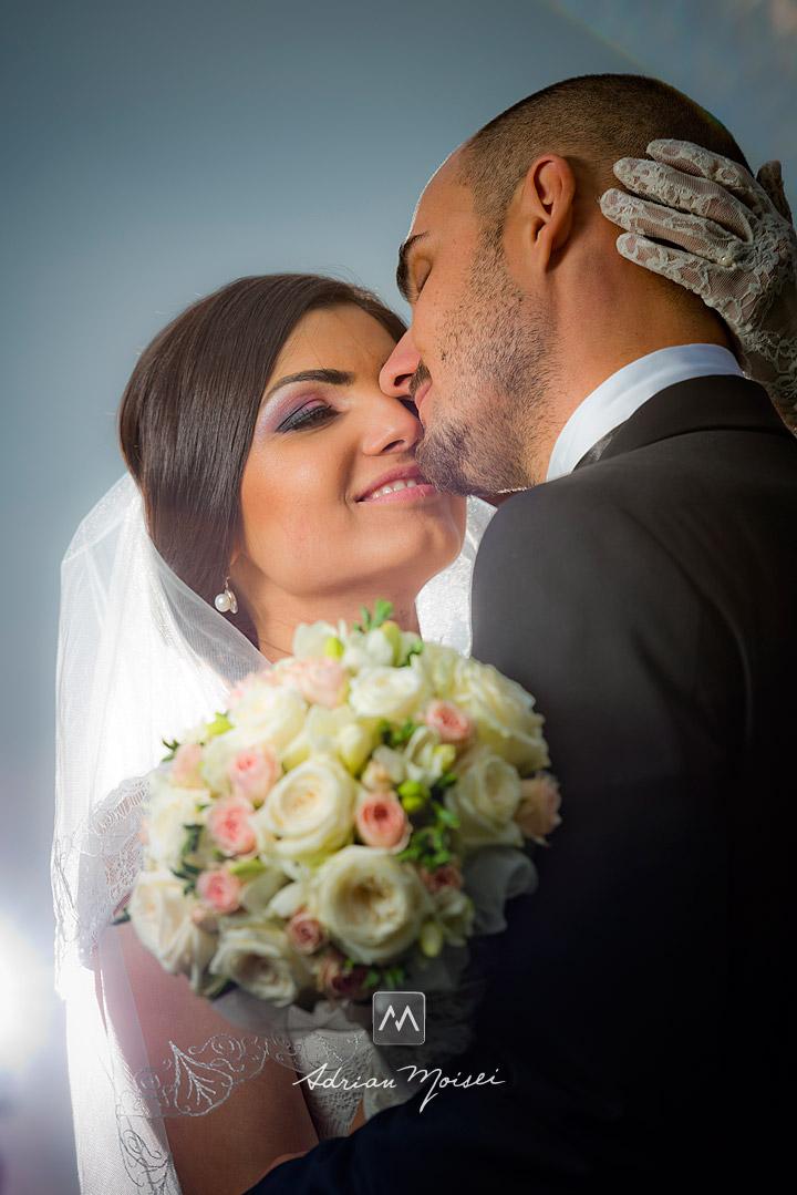 Mire și mireasă fericiți, în ziua nunții lor, foto realizată de Adrian Moisei - fotograf de nuntă Iași