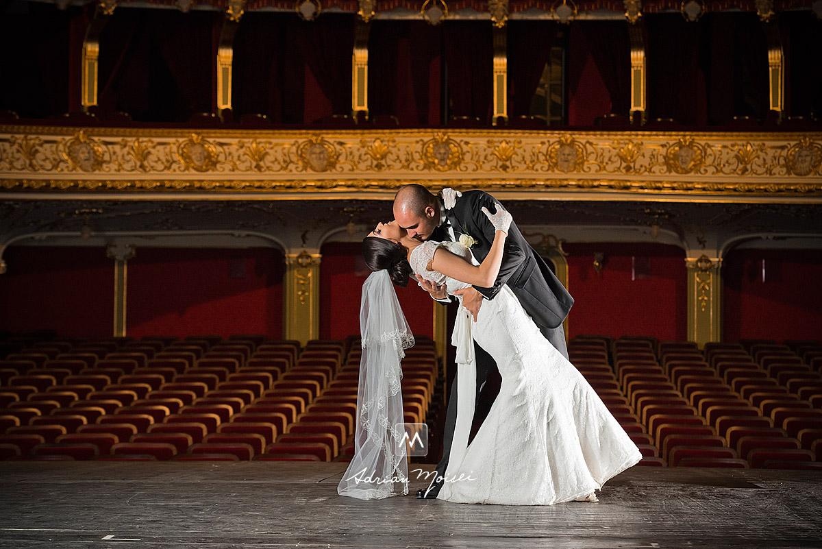 Miri dansând pe scena Teatrului National