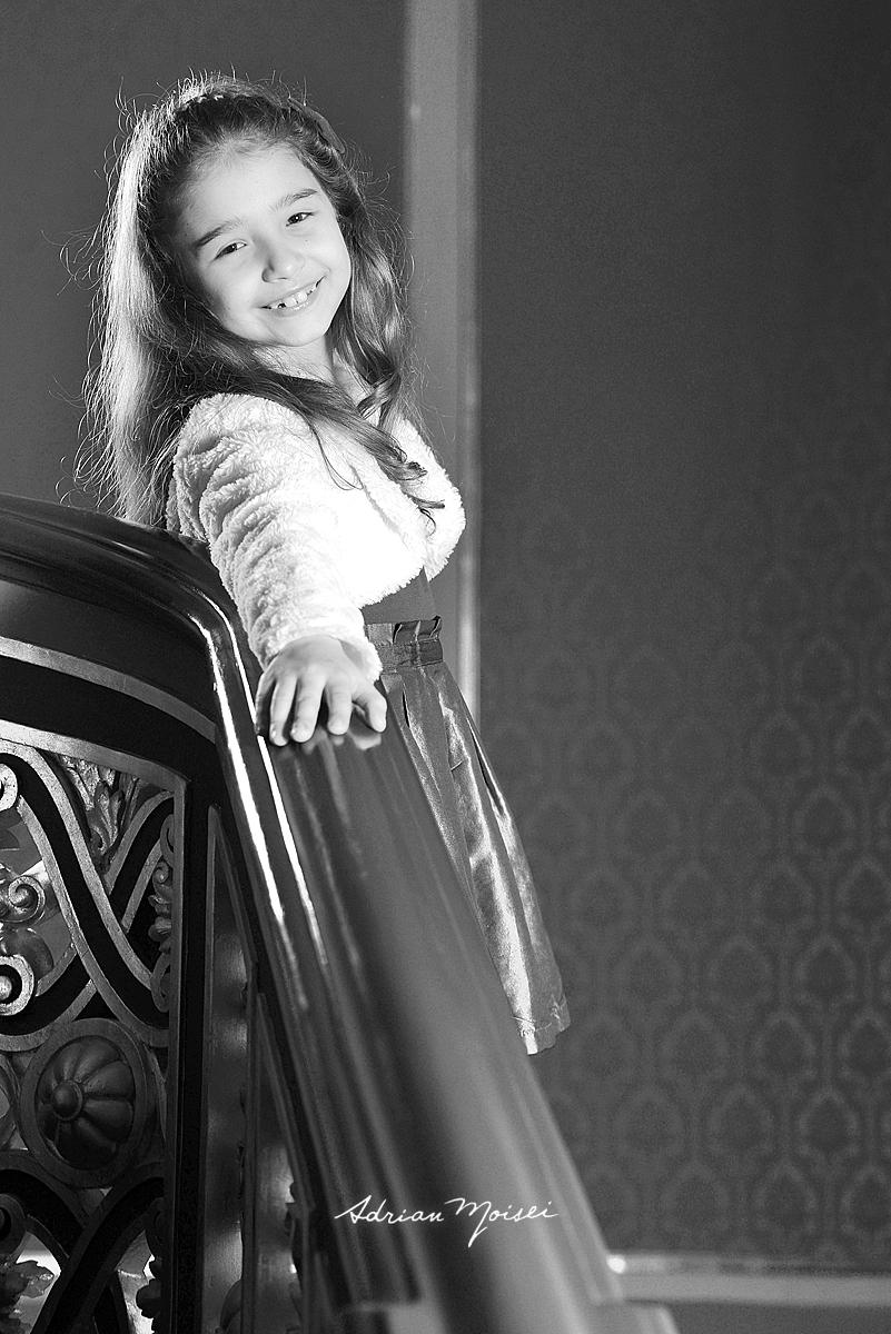 Copila de 10 ani pe scari, fotografie alb negru