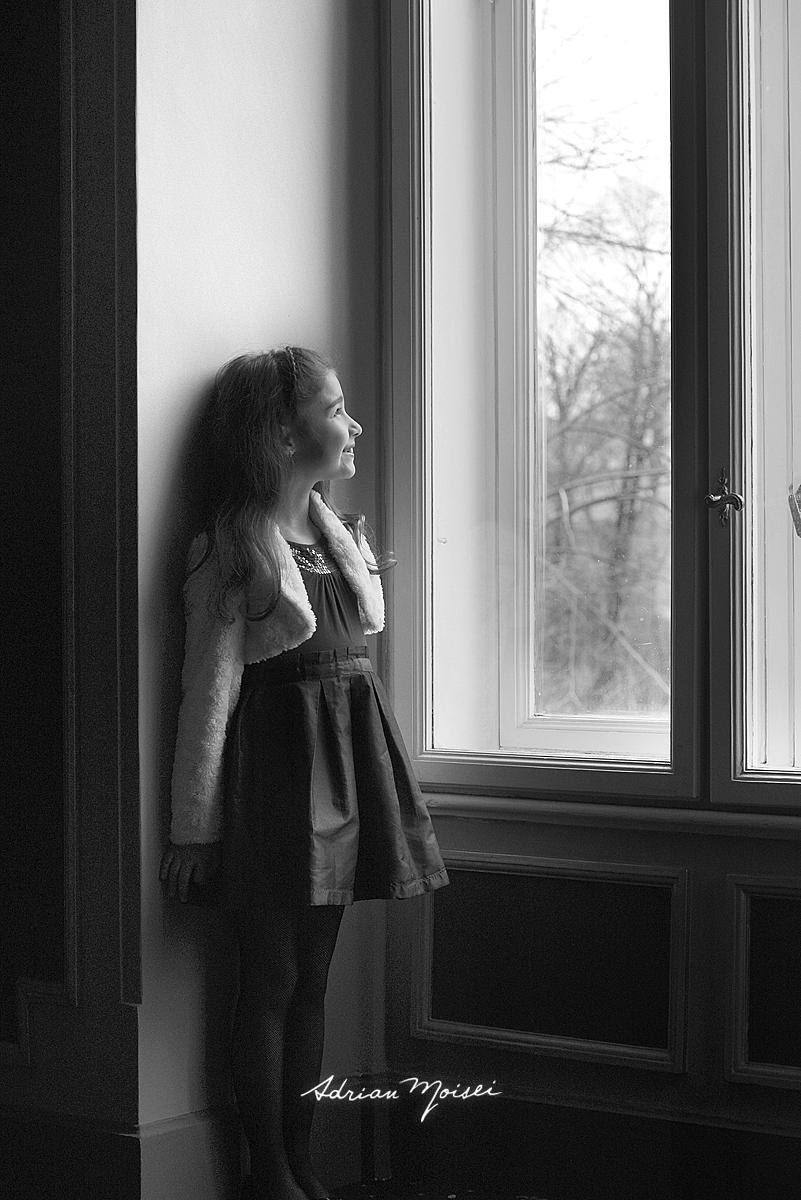 Copila la fereastra, fotografie alb negru