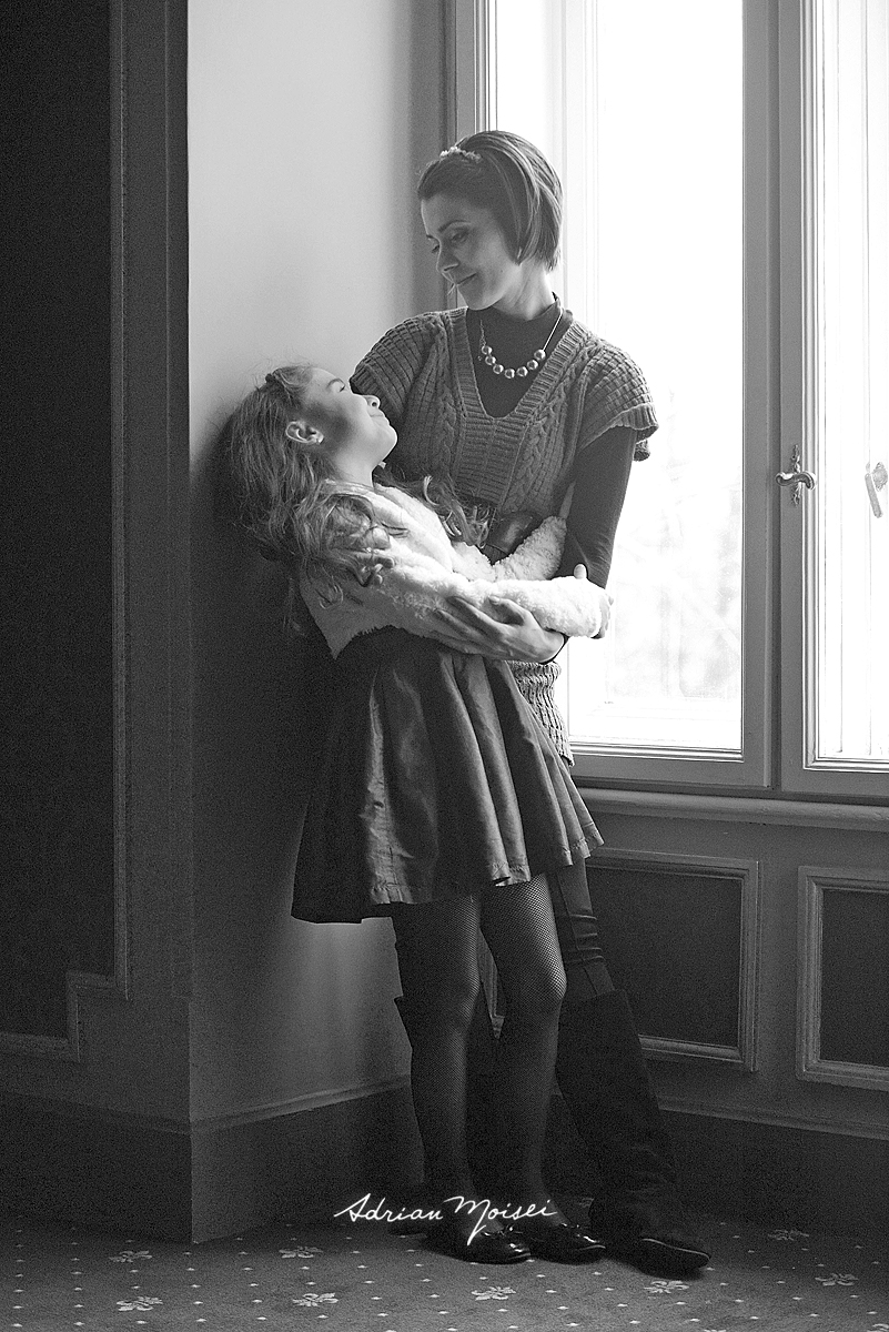 Mama si fiica imbratisandu-se, fotografie de familie