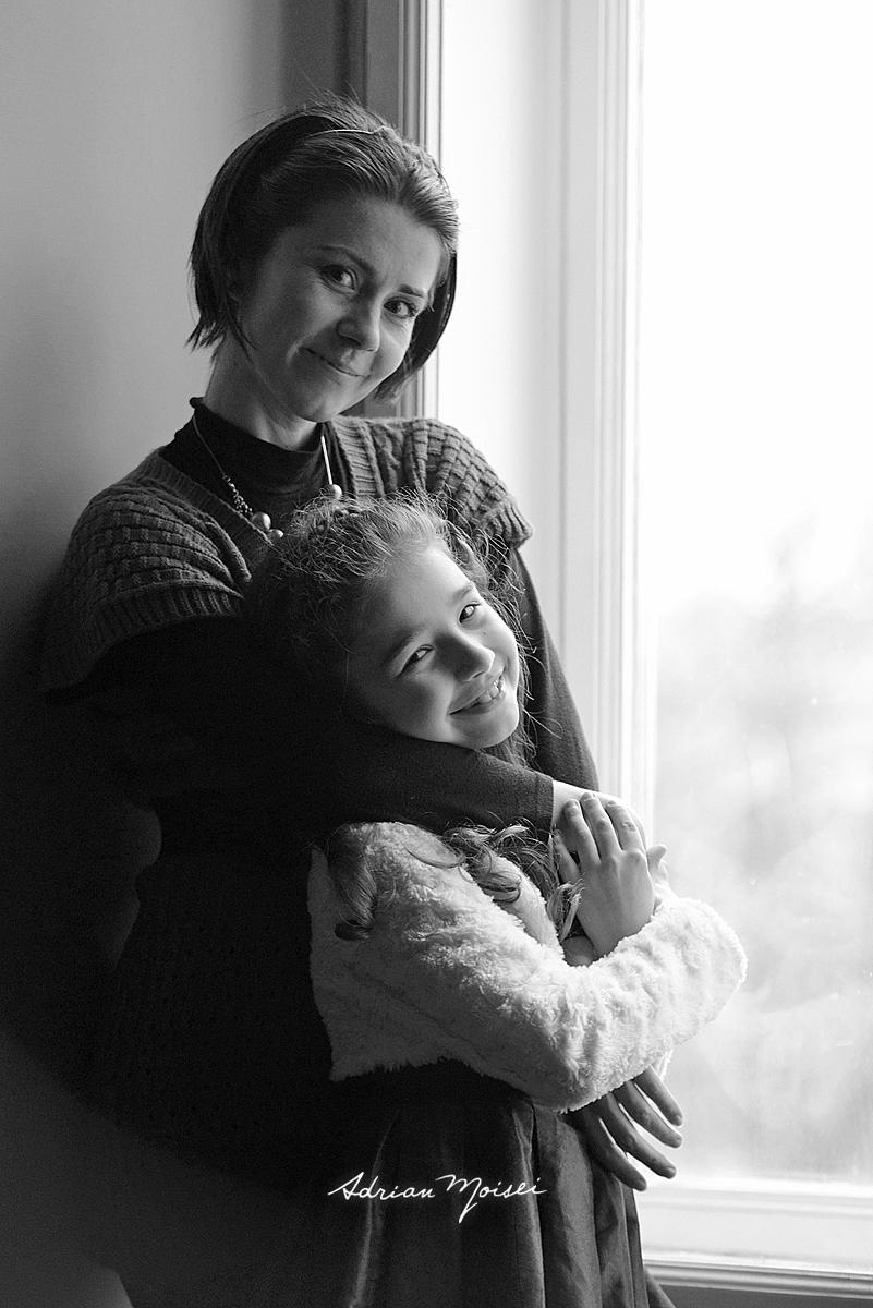 Fotografie de familie cu mama si fiica la fereastra