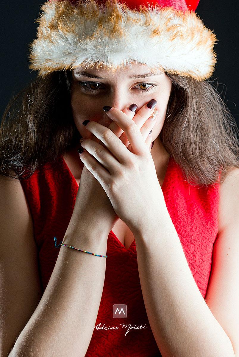 Craciunita ingrijorata cu mainile la gura - fotografie adolescenti Iasi