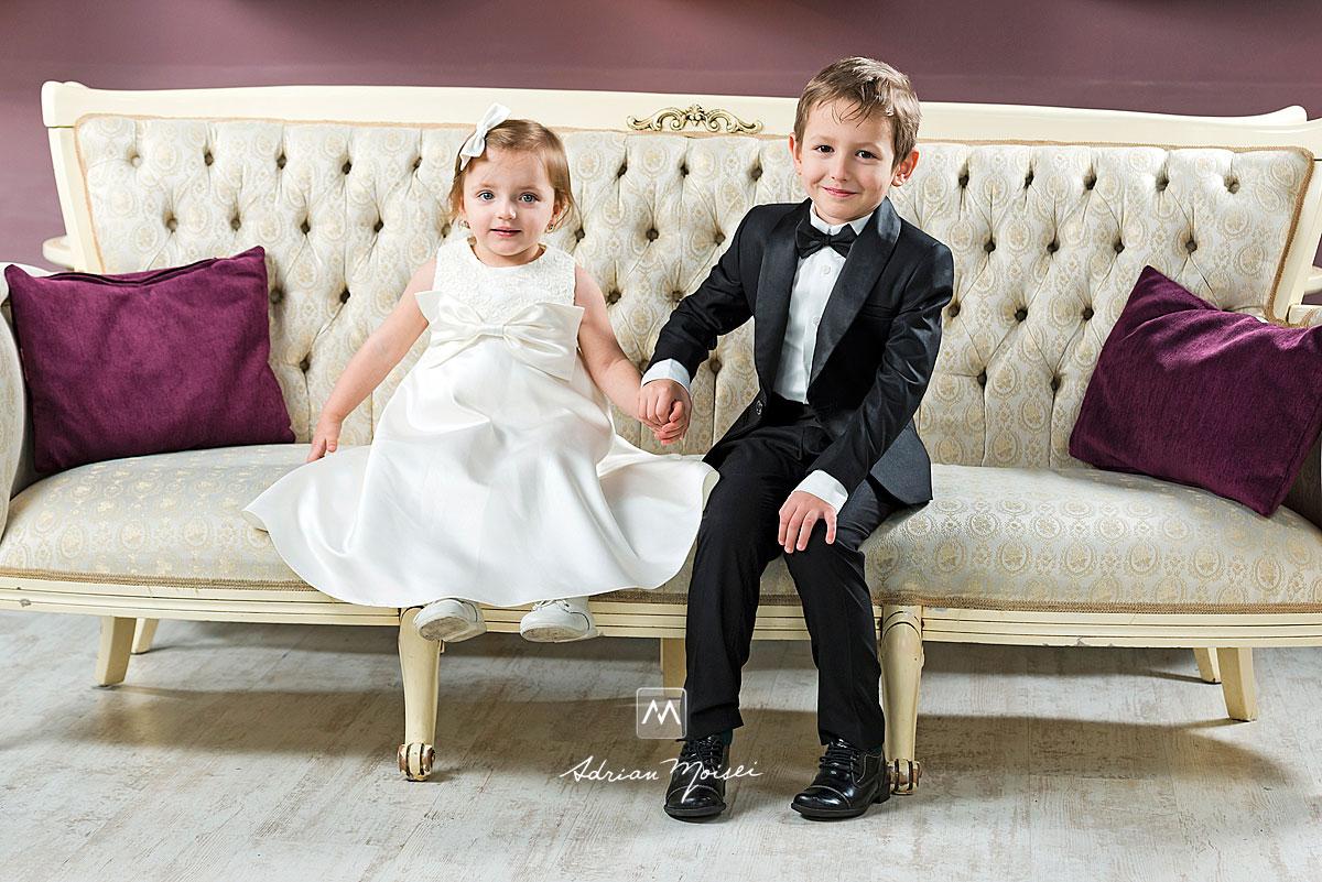 Copilasi imbracati de nunta, pe canapea, fotograf Iasi, Adrian Moisei