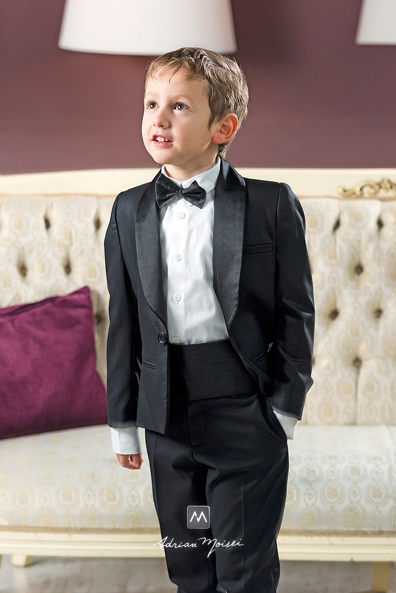 Portret de baietel in costum, cu mana in buzunar
