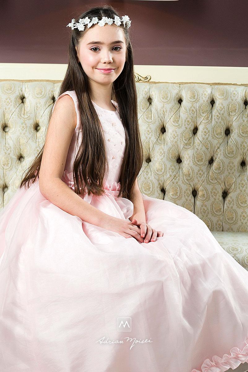 Fetita in rochita pe canapea, fotograf profesionist copii