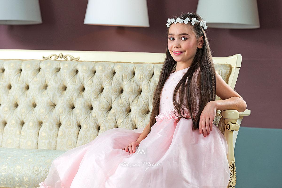 Portret de copil pe canapea... are coronita si un zambet magic
