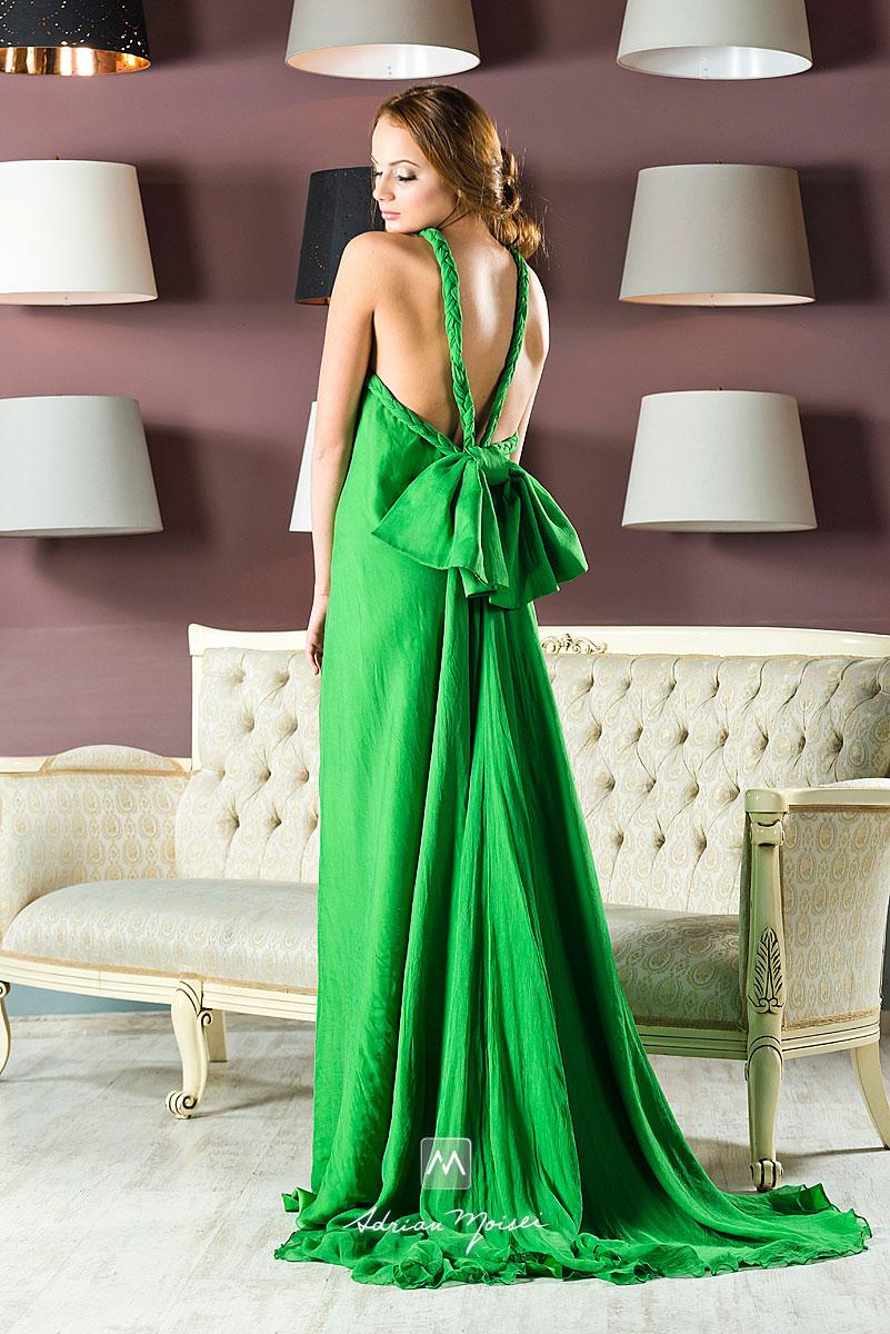 Fotomodelă Iași îmbrăcată în rochie verde