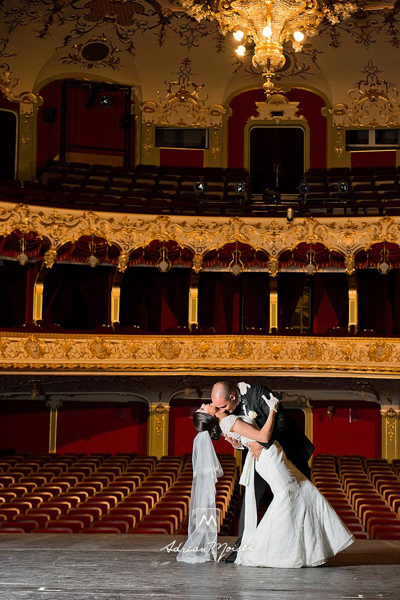 Miri dansând pe scena, imagine realizată de Adrian Moisei, fotografie de nuntă Iași