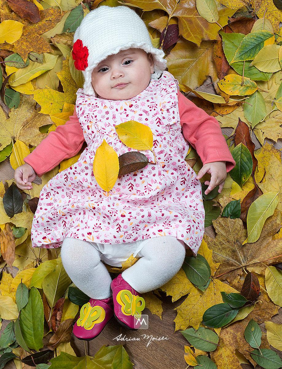 Portret de bebelusa pe frunze de toamna