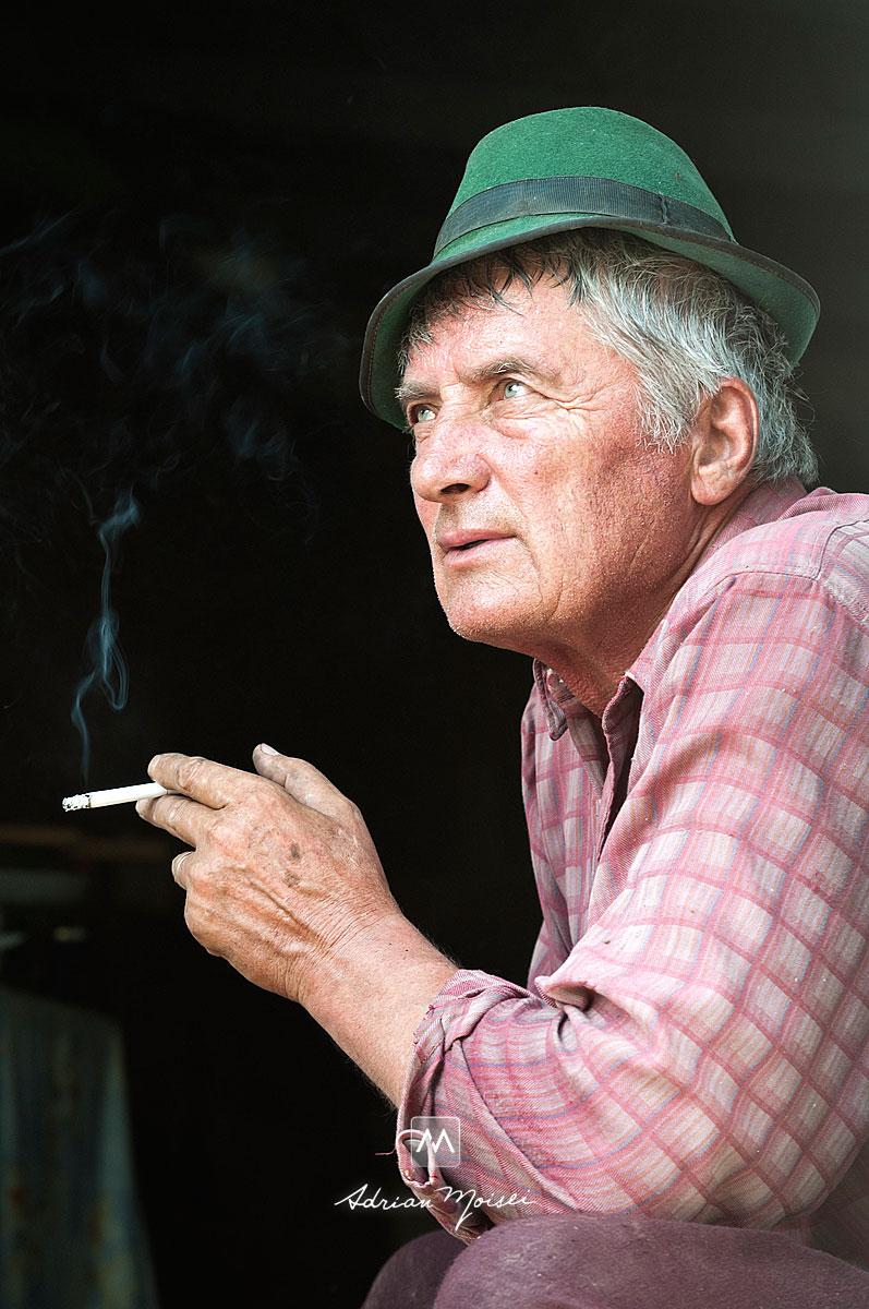 Fotografie de portret cu un bunic, in pauza de tigara