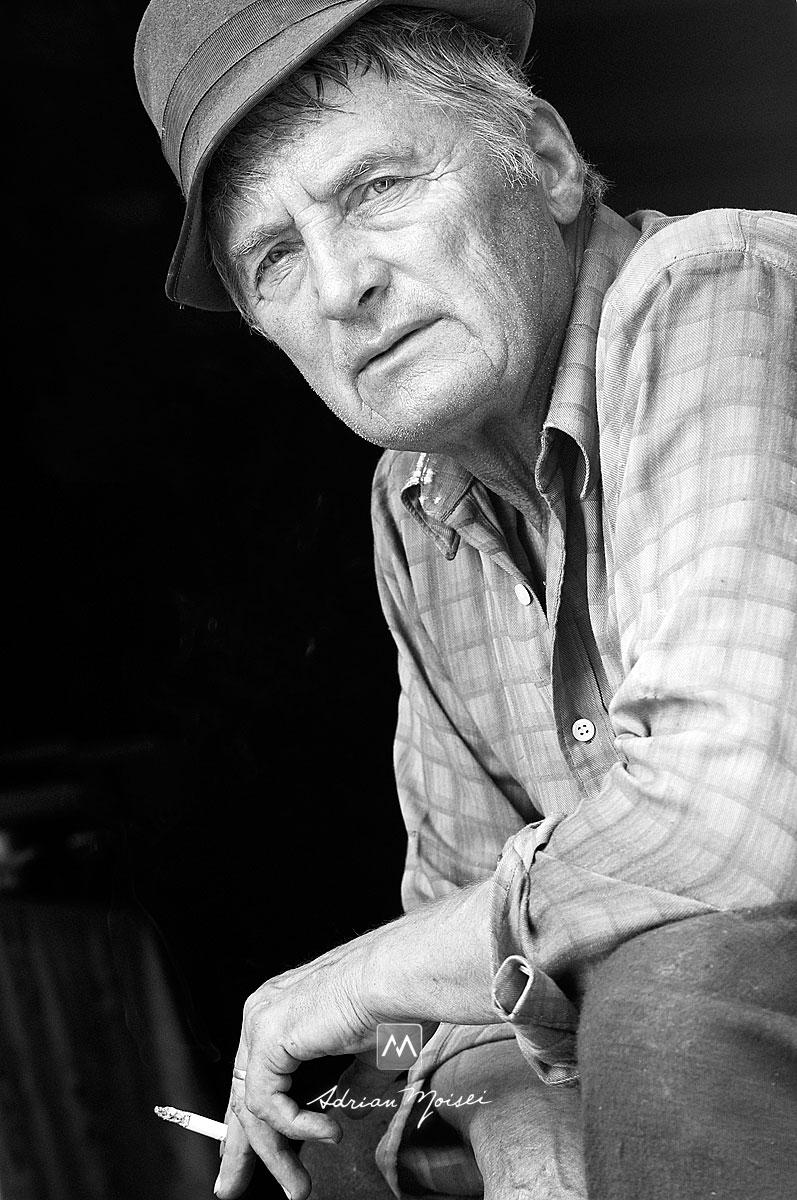 Bunic fumand o tigara, dupa culesul strugurilor, fotografie de portret