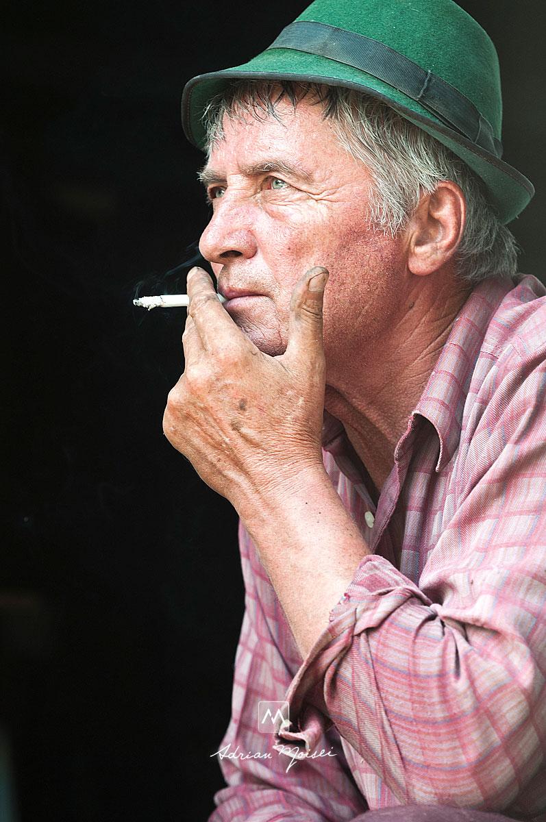 Portret de taran roman autentic tragand din tigara