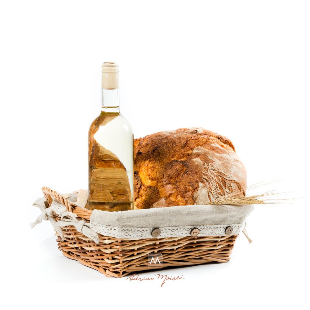 Cos de paie cu o sticla de vin si o paine Panifcom, fotografie de produs Iasi