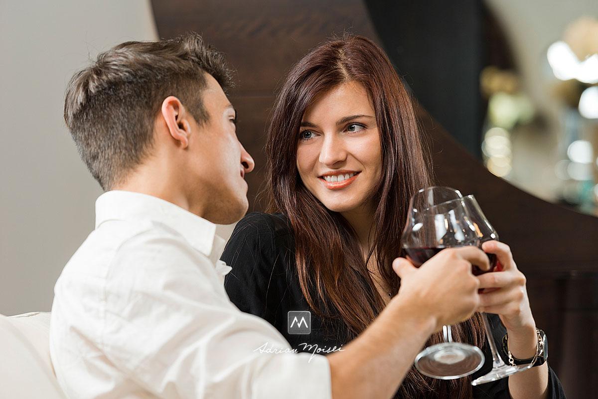 Doi indragostiti ciocnind un pahar de vin pe canapea, la Mobexpert
