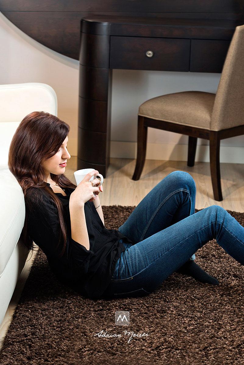 Fotomodel cu o ceasca de cafea in mana