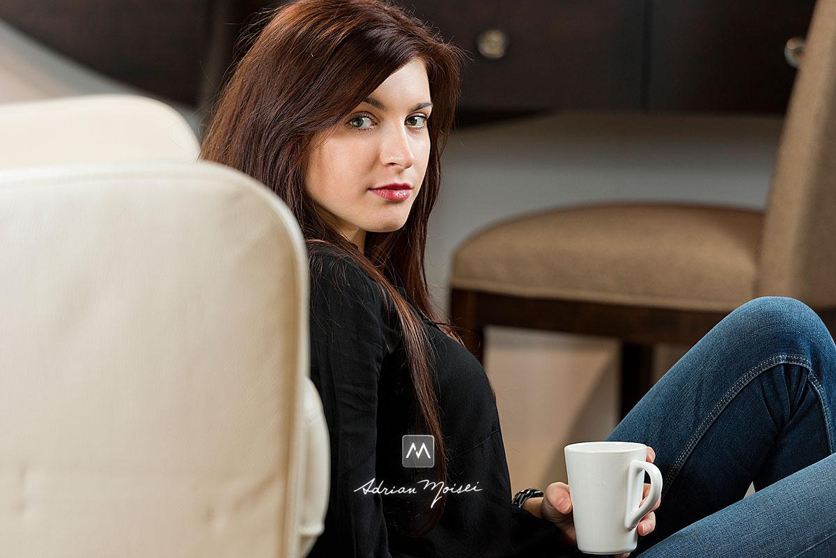 Modela cu o ceasca de cafea in mana