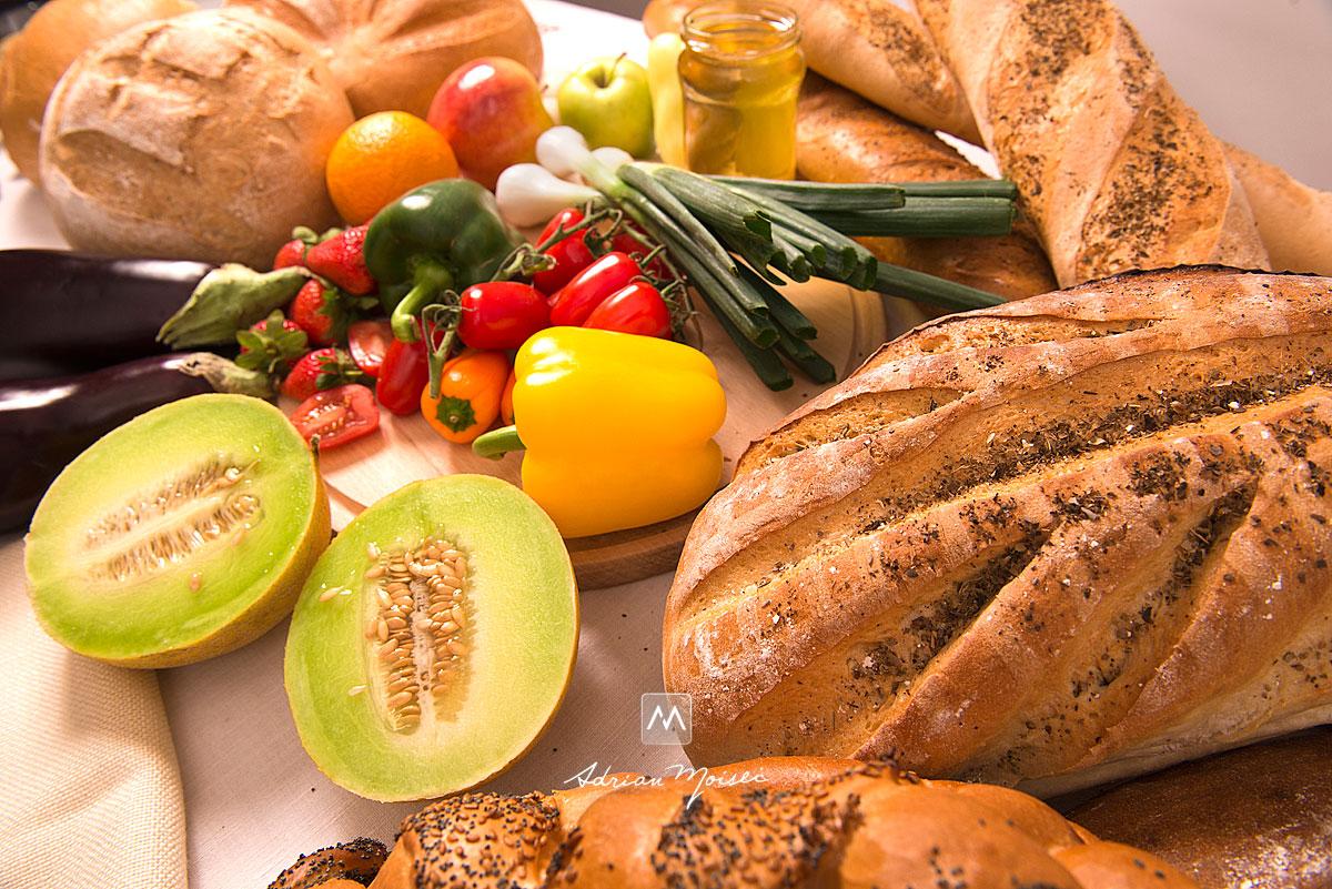 Fotografie de produs cu o masa plina de legume si paine