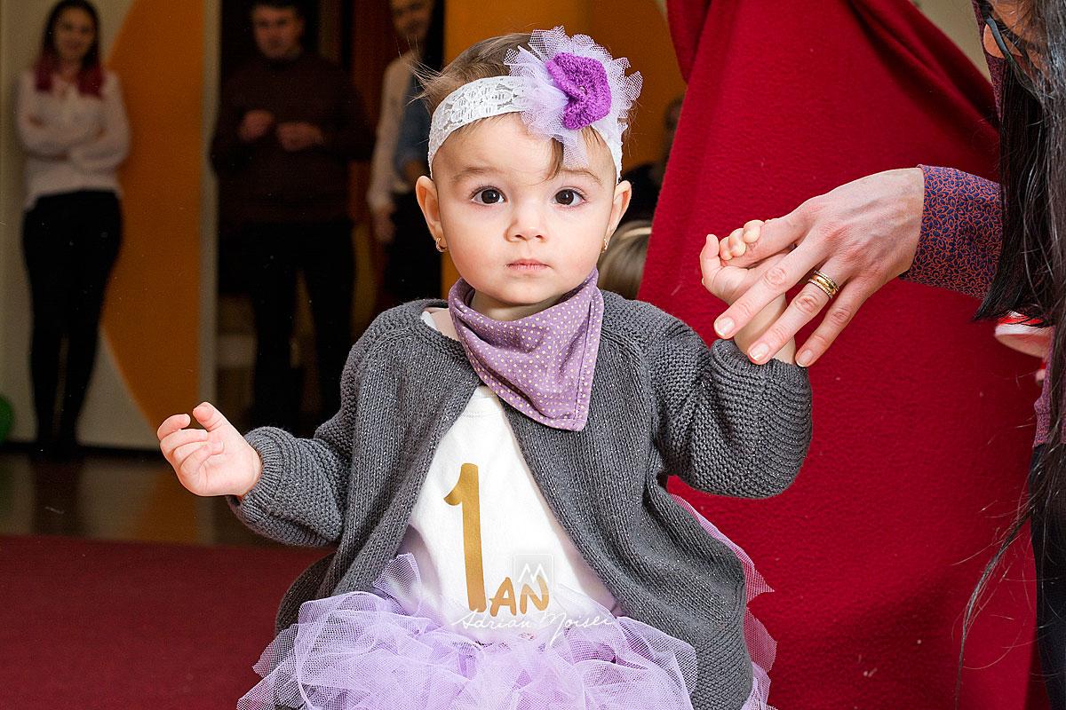Fetita de 1 an la taierea motului, fotografie realizata de Adrian Moisei
