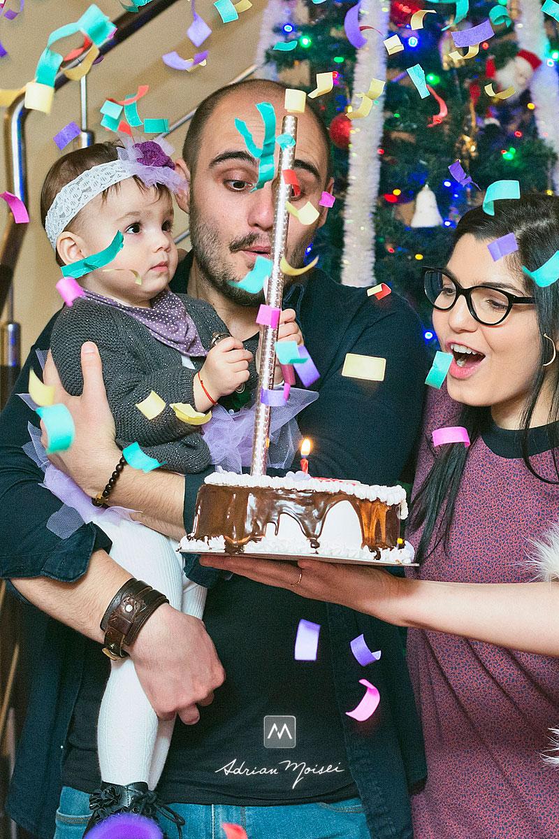 Familie sarbatorind cu un tort in fata, fotograf de familie Iași