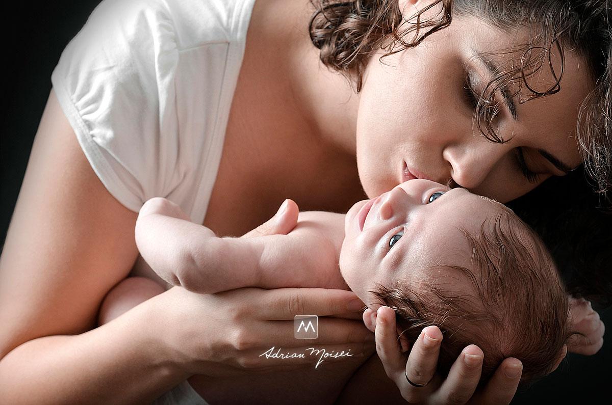 Mamica cu bebelus in brate, fotografie de studio realizata de Adrian Moisei