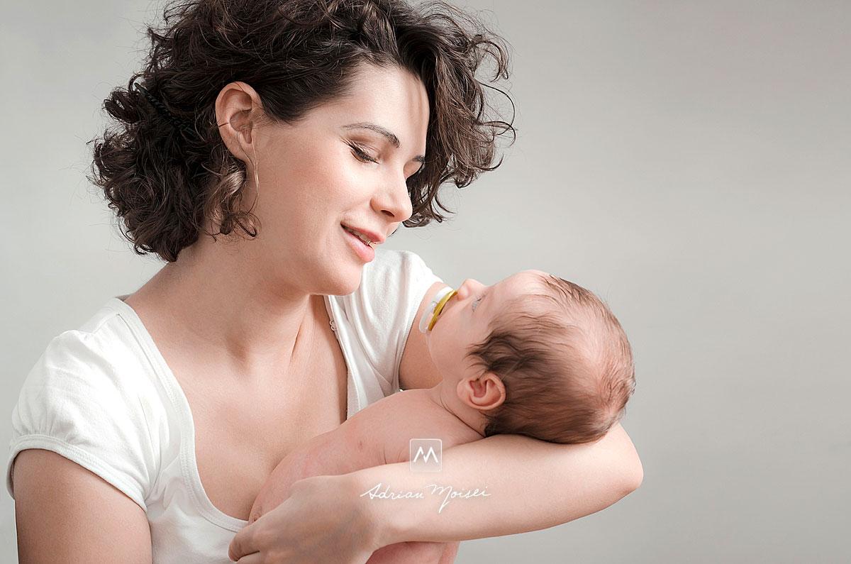Bebelus in bratele mamei, fotograf Iasi, Adrian Moisei