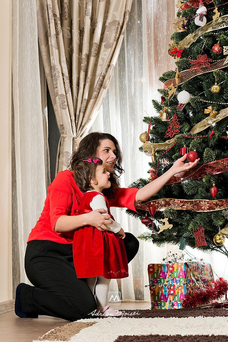 Mama cu bebelus uitandu-se la bradul de Craciun, fotografii de Crăciun în Iași